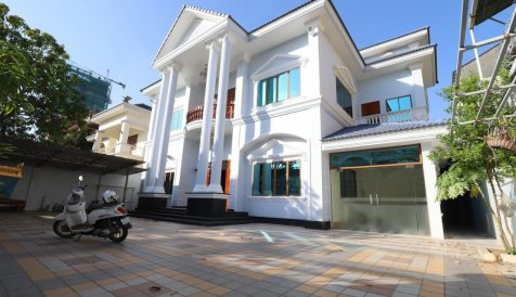 Spacious 5 bedrooms villa suitable for living and office in Toul Kork
