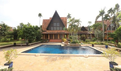 Riverfront Classic Villa for rent 20 minutes to ISPP